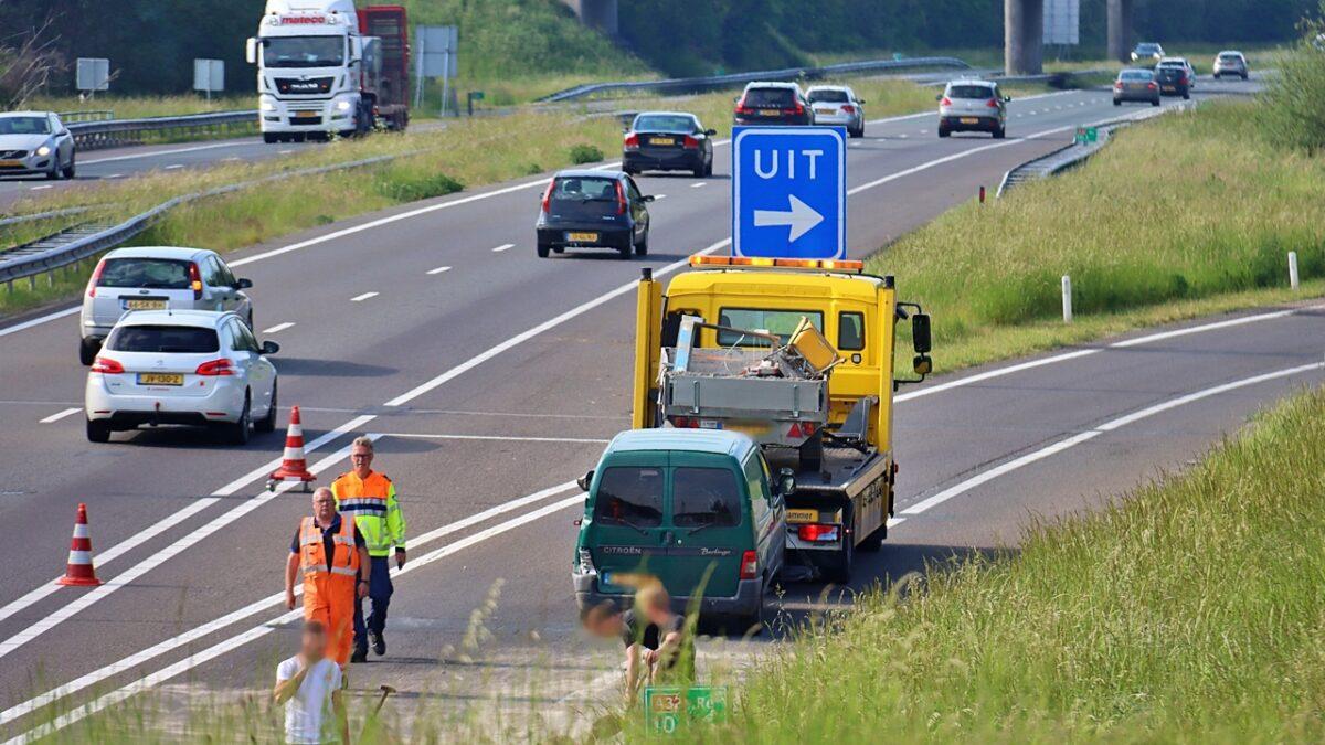 Auto verliest aanhanger en lading op de A32 bij Meppel