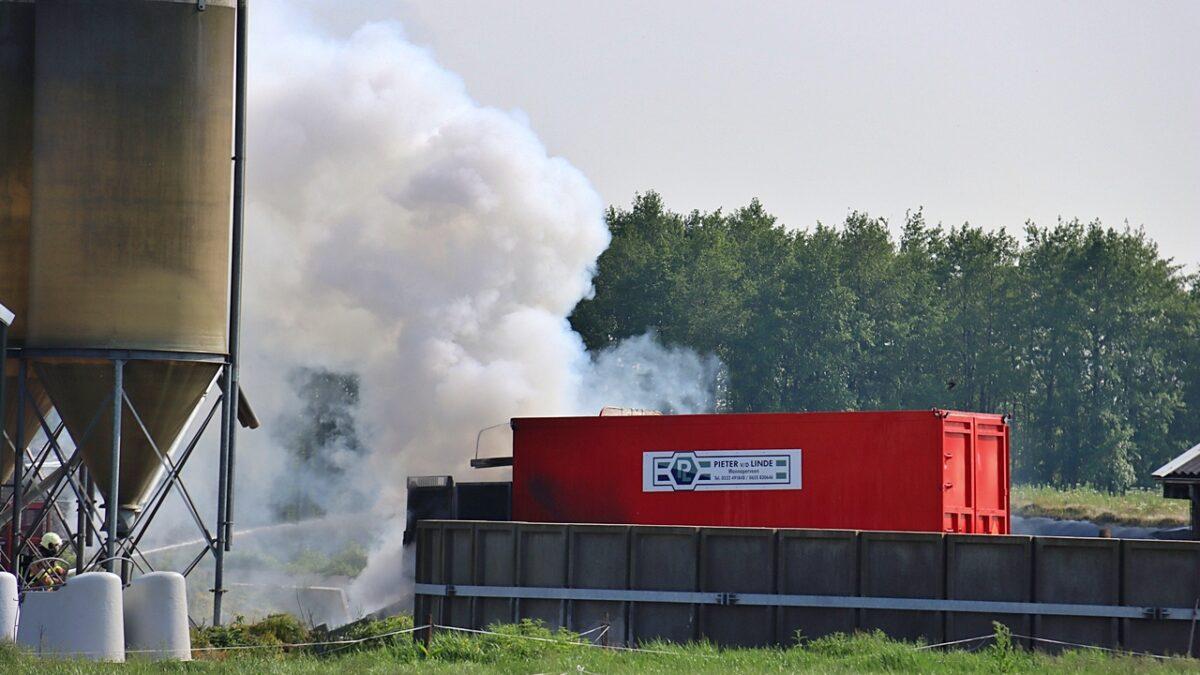Landbouwvoertuig in brand aan de Veneweg in Wanneperveen