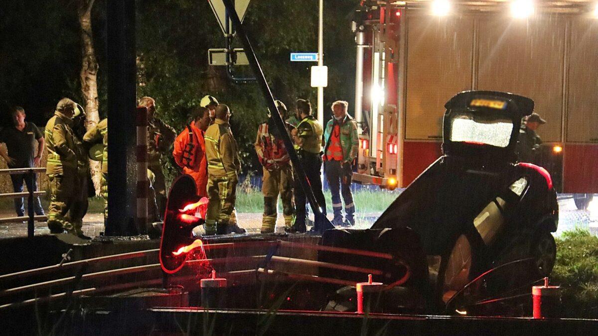 Bestuurder raakt met voertuig te water nadat hij door reling van een brug is gereden