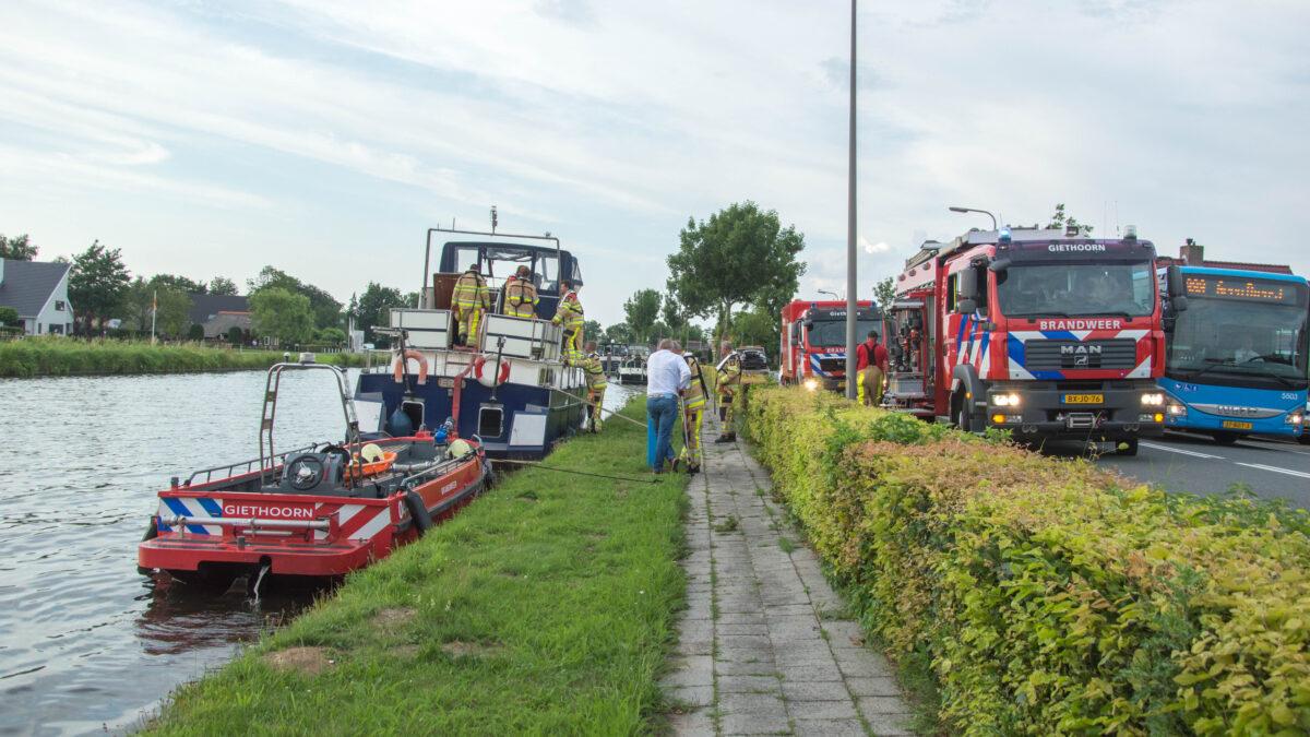Brandweer rukt uit voor zinkend schip in Giethoorn