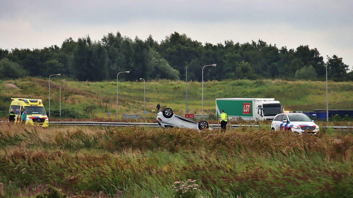 Auto op de kop op de A32 bij Steenwijk