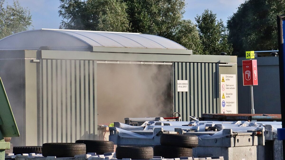 Brand in klein Chemisch depot bij afvalbrengstation in Havelte